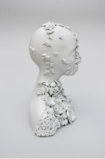 Büste Memento mori weiß mit Blühte und Schmetterlingen