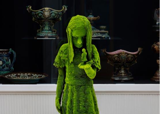 lebensgroße Skulptur Mädchen mit kleinem Mädchen auf der Hand Foto Jefunne Gimpel