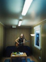 Sophie Hunger mit Gitarre beim Warm-up vor dem Auftritt